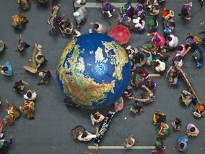 Manifestantes carregam globo durante a Marcha Global no centro do Rio de Janeiro (Foto: Felipe Dana/AP)