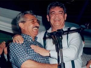 Ronaldo Cunha Lima abraça José Maranhão na covenção do PMDB em 2001 (Foto: Arquivo/Jornal da Paraíba)