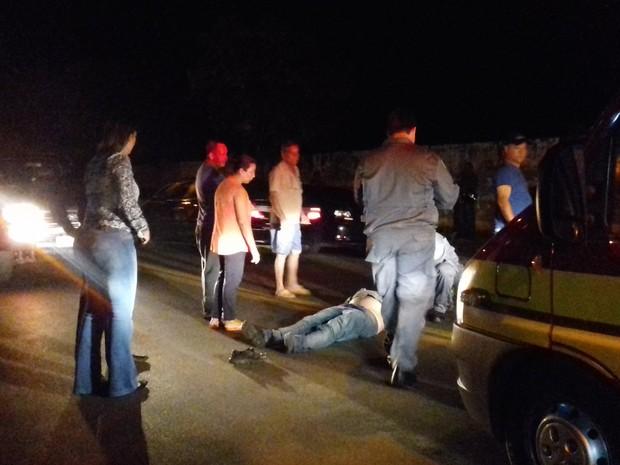 Motociclista aguardou o socorro deitado no asfalto (Foto: Alan Schneider/ TV TEM)