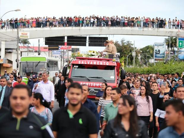 Avenida Fernandes Lima e passarela do Cepa ficaram tomadas de fiéis (Foto: Jonathan Lins/G1)