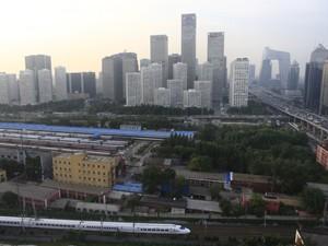 Trem de alta velocidade passa pelo centro financeiro de Pequim (Foto: Reuters)