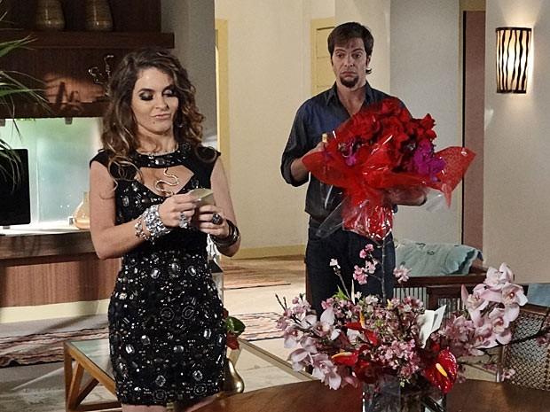 Chayene usa flores que recebeu de Arruda para enganar Simone (Foto: Cheias de Charme / TV Globo)