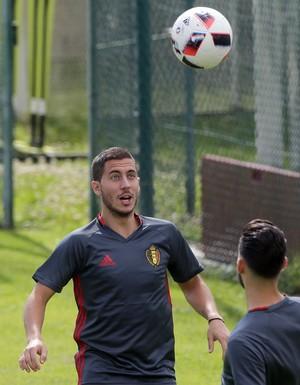 Hazard olha para a bola no treino da Bélgica (Foto: AP Photo/Thibaud Moritz)