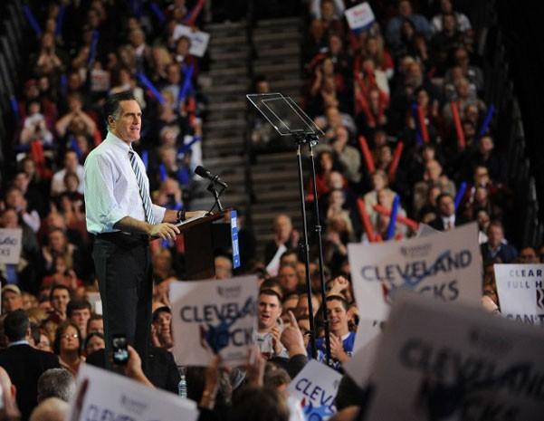 Candidato republicano Mitt Romney faz comício em Cleveland, em Ohio, neste domingo (4). (Foto: Emmanuel Dunand/AFP)