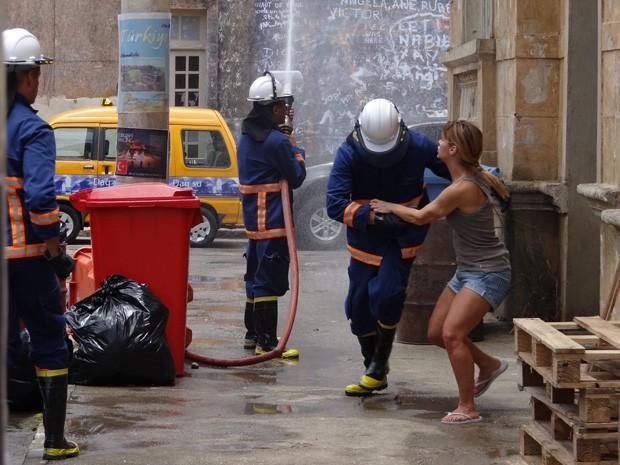 Deu certo! Jéssica consegue sair do cativeiro com a ajuda dos bombeiros (Foto: Salve Jorge/TV Globo)
