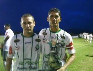 Jogadores do Maranguape com troféu em homenagem a Chico Anysio (Foto: Dadynha Saturnino/Arquivo Pessoal)