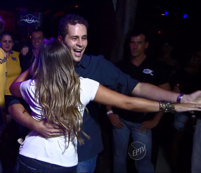 Pedro Leonardo tenta dançar alguns passos com Aline Lima ao som de sucessos sertanejos (Foto: reprodução EPTV)