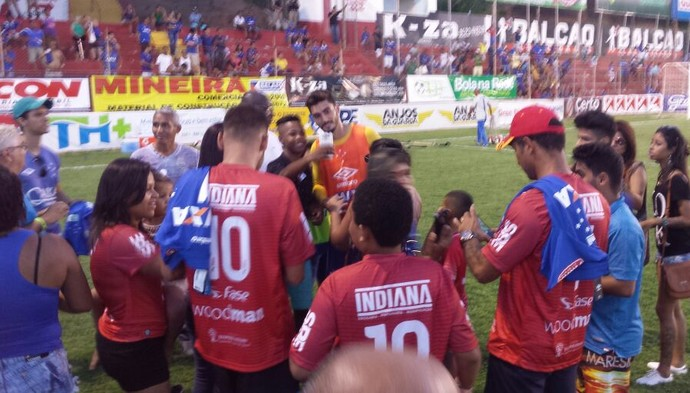 Goleiro Rafael é cercado por torcedores no fim do jogo no estádio Nassri Mattar (Foto: Elton Novais/TV Globo Minas)