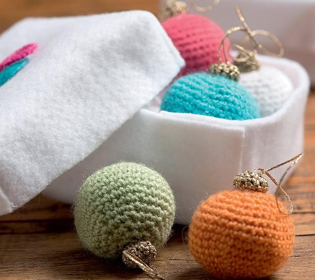 Essas bolas de Natal não quebram nunca: foram feitas de crochê pela arquiteta Silvana Quintas (Foto: Iara Venanzi/Editora Globo)
