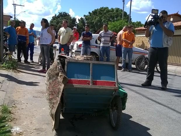 Polícia encontrou suspietos empurrando carrinho a cerca de 100 metros de onde crime foi cometido (Foto: Valdivan Veloso/G1)