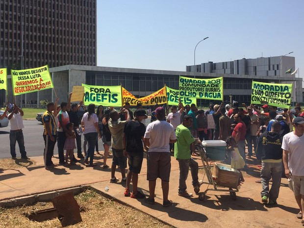 Manifestantes em protesto na frente do Palácio do Buriti pedindo o fim de derrubadas (Foto: Alexandre Bastos/G1)