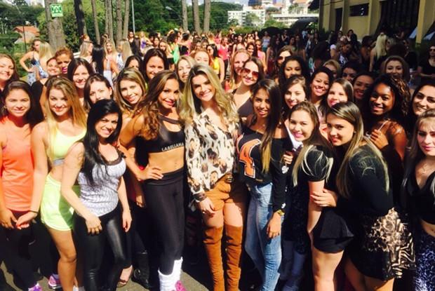 Mirella Santos no meio das meninas que fizeram audições para o concurso (Foto: Arquivo Pessoal)