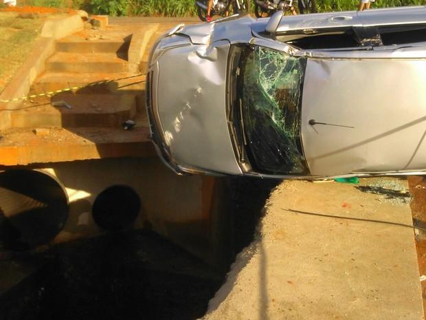 Carro quase caiu em um buraco, na avenida Filadélfia em Araguaína (Foto: Divulgação/Corpo de Bombeiros)