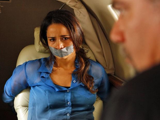 Morena sofre ao ser vigiada por Russo dentro de avião (Foto: Salve Jorge/TV Globo)