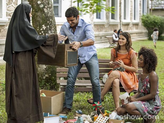 Freira ajuda André e mostra caixa que pode ter vestígios (Foto: Inácio Moraes/ TV Globo)