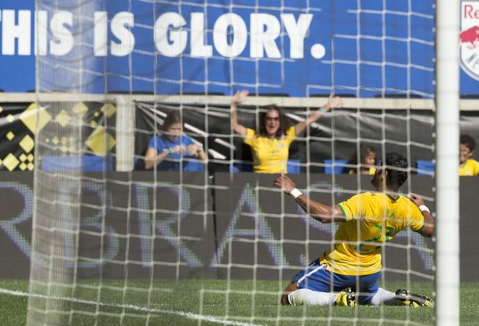 Hulk comemora gol do Brasil (Foto: Leo Correa / MoWA Press)