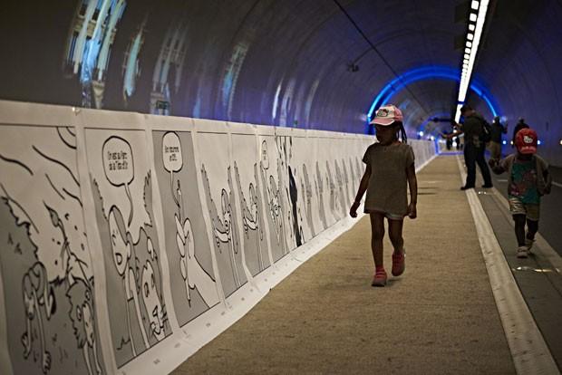 Alunos franceses e espanhóis criaram uma história em quadrinhos de 1,6 km de comprimento para tentar bater o recorde mundial, durante o 11º Salão dos Quadrinhos de Lyon, França. (Foto: Jean-Philippe Ksiazek/France Presse)