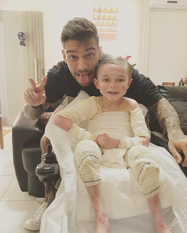 O post mais curtido de Lucas Lucco em 2016 (257 mil) foi o que ele aparece com o menino Lucas Costa, que contra a Epidermólise Bolhosa, uma doença de pele (Foto: Reprodução/Instagram)