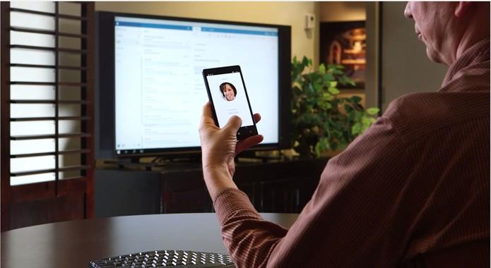 Windows 10 para smartphones poderá trabalhar com duas telas diferentes no modo Continuum (Foto: Reprodução/Microsoft) (Foto: Windows 10 para smartphones poderá trabalhar com duas telas diferentes no modo Continuum (Foto: Reprodução/Microsoft))