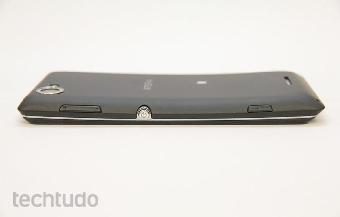 Leve curvatura marca o design do Xperia L (Foto: Allan Melo/TechTudo)
