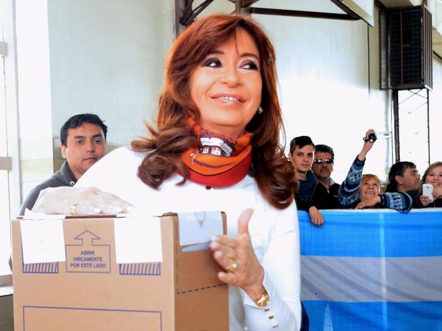Presidente argentina Cristina Kirchner deposita seu voto em zona eleitoral de Rio Gallegos, neste domingo (25) (Foto: Reuters/Argentine Presidency/Handout)