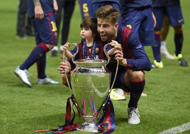 Milan, filho de Shakira com o jogador Gerard Piqué, brinca do Daniel Alves (Foto: AFP)