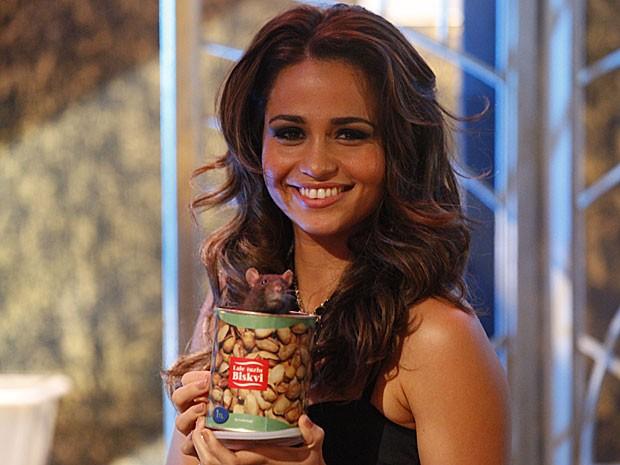 Nanda Costa não teve medo de gravar com um rato (Foto: Salve Jorge/TV Globo)