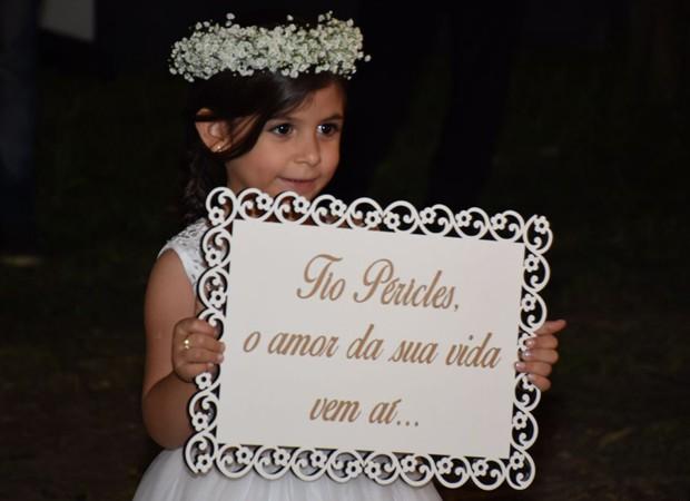 Daminha de honra entra com cartaz com mensagem a Péricles (Foto: Felipe Souto Maior/AgNews)