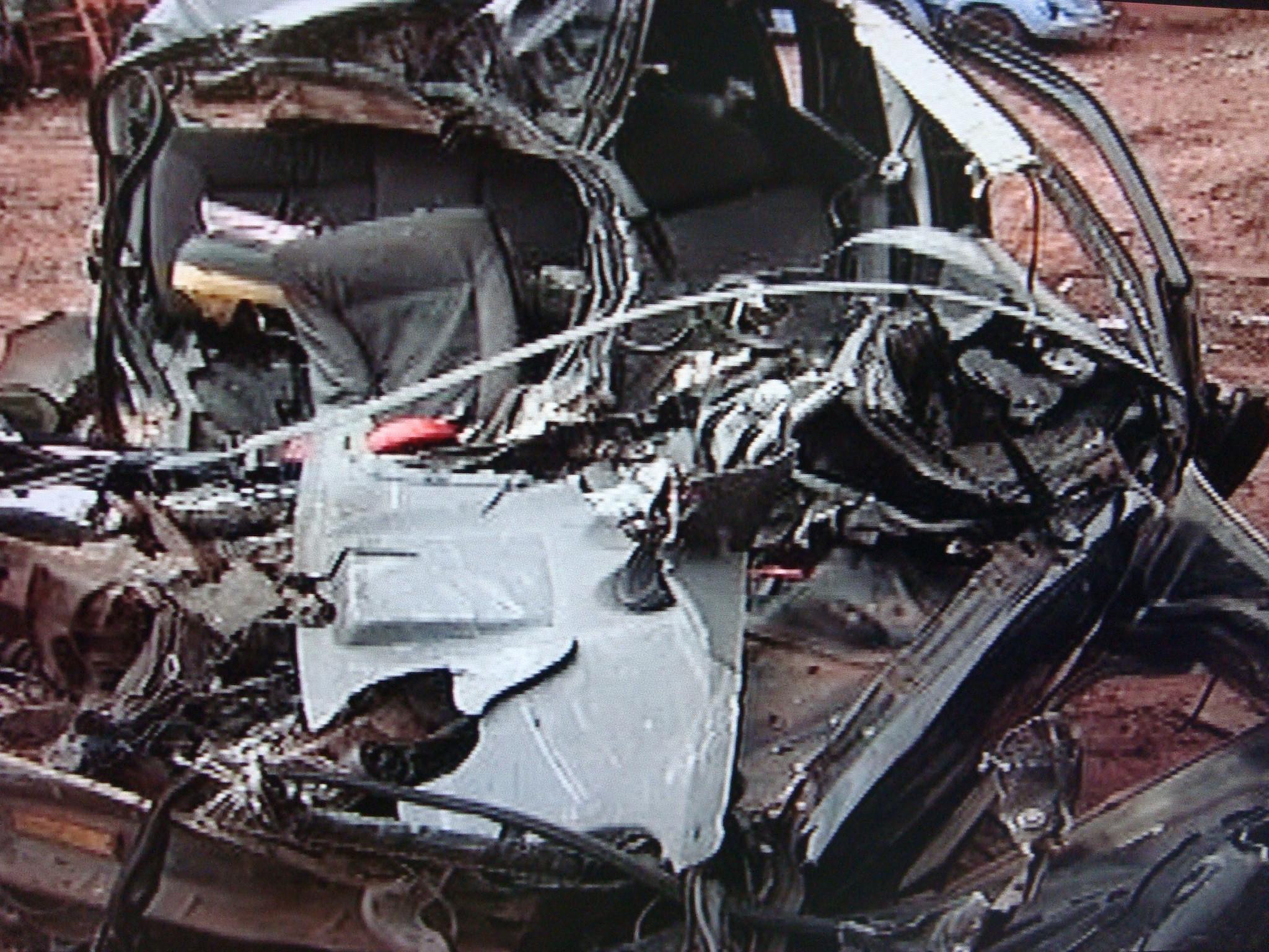 Carro da família ficou destruído após a colisão. (Foto: Reprodução TV Tem)