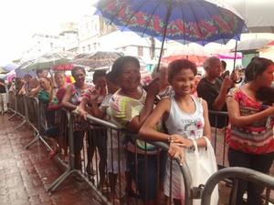 População enfrentou fila para conseguir um pedaço do bolo. (Foto: Thais Rezende/ G1)