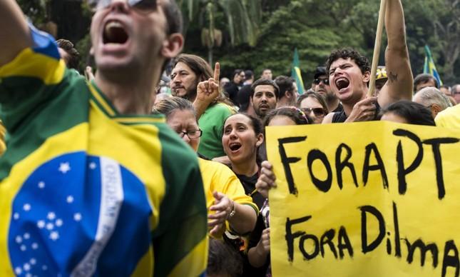 Grupo protesta contra Dilma em São Paulo (Foto: Aaron Cadena Ovalle / EFE)