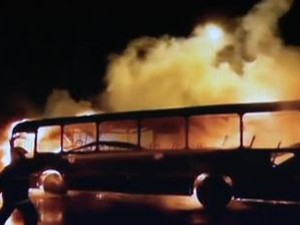 Ônibus foi incendiado em Florianópolis (Foto: Reprodução RBS TV)