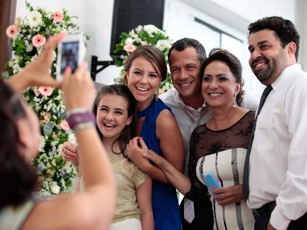 Elenco posa animado para foto nos bastidores da gravação (Foto: Pedro Curi/TV Globo)