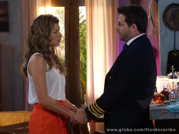 O piloto garante para Ester que tudo vai dar certo (Foto: Flor do Caribe/TV Globo)