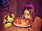 Gulosa, Thaila Ayala se acaba em bolo no dia de seu aniversário