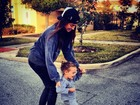 Thaila Ayala ensina filha de Fernanda Rodrigues a andar de skate