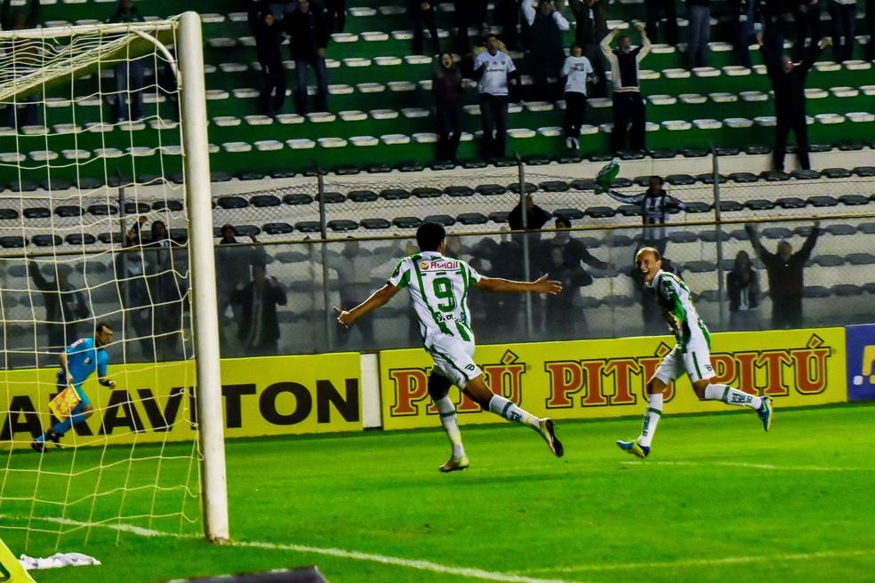 Tiago Marques e Juninho comemoram primeiro gol do Juventude em vitória sobre o ABC (Foto: Futura Press)