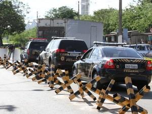 Carros da PF deixam Complexo Prisional após transferirem Cachoeira para Aparecida de Goiânia (Foto: Adriano Zago/G1)