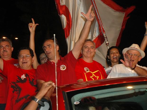 Após coletiva, candidato vencedor seguiu em carro aberto para a praia de Tambaú (Foto: Daniel Peixoto/G1)