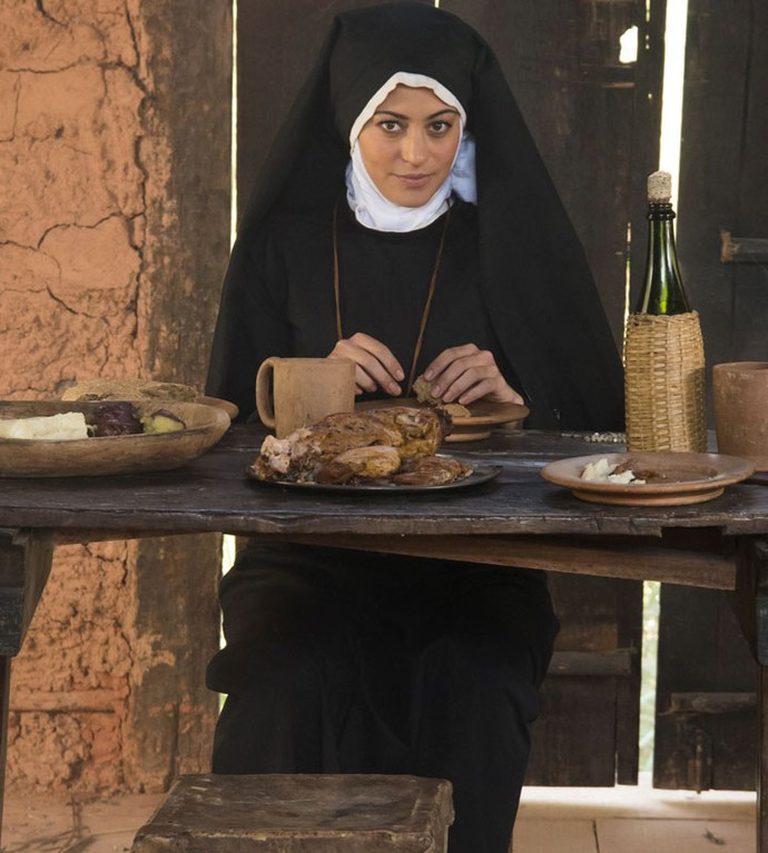 Até em freira Selena se transforma no spin-off 'A Lenda do Mão de Luva' (Foto: Cesar Alves / TV Globo)