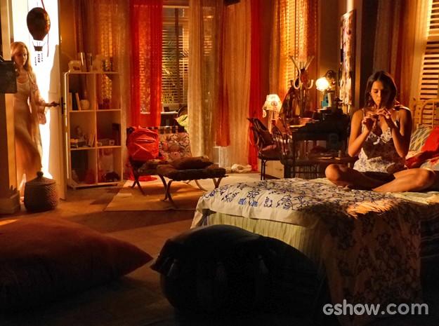 Helena ouve som de flauta e entra no quarto de Luiza sem que a jovem perceba (Foto: Em Família/ TV Globo)