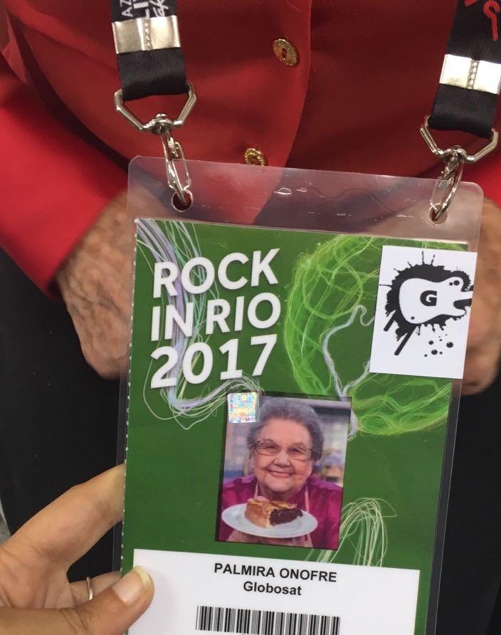 Vov Palmirinha exibiu com orgulho sua credencial (Foto: Multishow)