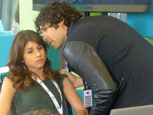 Arthur diz a Manu para ela não ter pena de Jonas  (Foto: Geração Brasil / TV Globo)