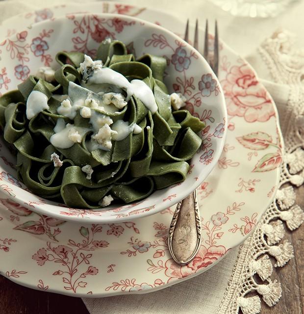 Tagliatelle de espinafre ao molho de gorgonzola, sugestão de Ivan Bornes. Louça Blue Gardenia, talher La Calle Florida, jogo americano Star Home (Foto: Cacá Bratke/ Editora Globo)