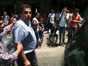 Confusão terminou quando manifestantes permitiram a passagem do prefeito (Foto: Claudio Abdon)