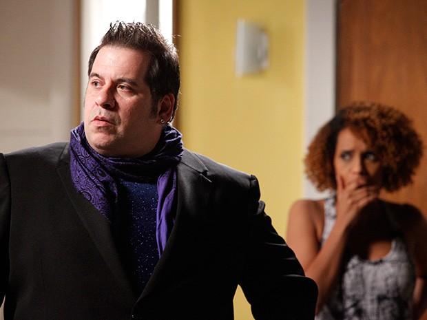 Com raiva, Barata ameaça contar para todo mundo e Verõnica fica chocada com a ameaça (Foto: Raphael Dias/ TV Globo)