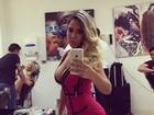 Mulher Melão capricha no decote em selfie