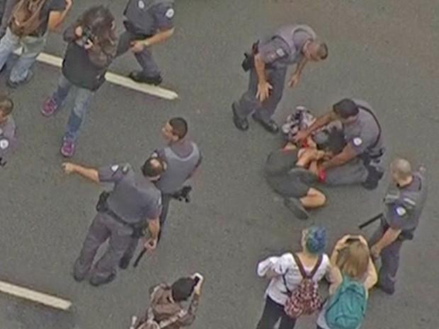 Manifestação de estudantes na Avenida Doutor Arnaldo, em SP (Foto: Reprodução/ TV Globo)