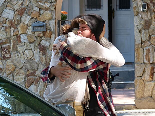 Sidney não resiste à emoção e dá aquele abraço apertado em Cláudio (Foto: Malhação / TV Globo)