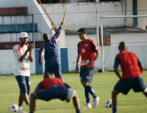 Técnico Ademir Fonseca solta rojões no treino do Fortaleza (Foto: Natinho Rodrigues/Agência Diário)